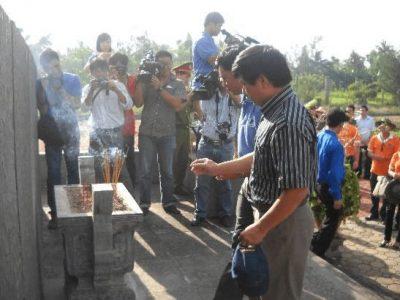 Đ/C Lê Anh Chiến, Phó ban Tuyên giáo Đảng ủy PVN thắp hương tưởng niệm tại khu chứng tích Sơn Mỹ.
