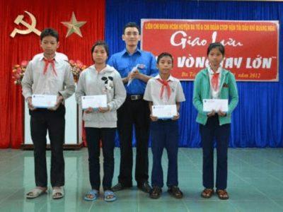 Đoàn TN PVT Quảng Ngãi trao tặng học bổng cho học sinh nghèo. Ảnh: PVT QN